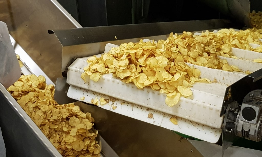 Boerderijchips naturelchips uit de centrifuge na frituren Eating Habits